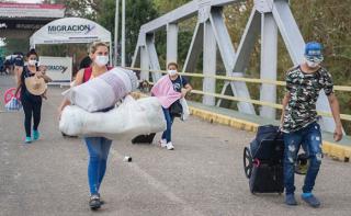 Retornan venezolanos por Arauca.