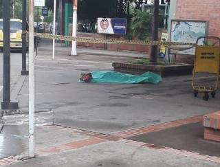 La mujer llegaba de viaje desde la ciudad de Bucaramanga con algunos síntomas de mareos. la señora Teresa cayó al piso sin signos vitales. A Esta hora las autoridades adelantan el levantamiento del cadáver.