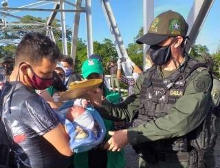 El padre del menor recibió su hijo en el puente internacional de Arauca.